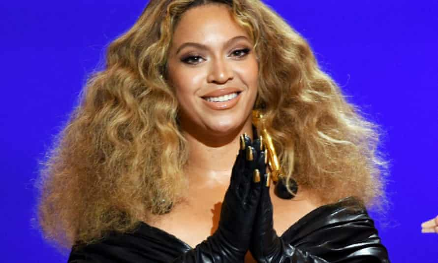 Beyoncé at the Grammys in Los Angeles wearing gloves with goldnails stuck to the outside.