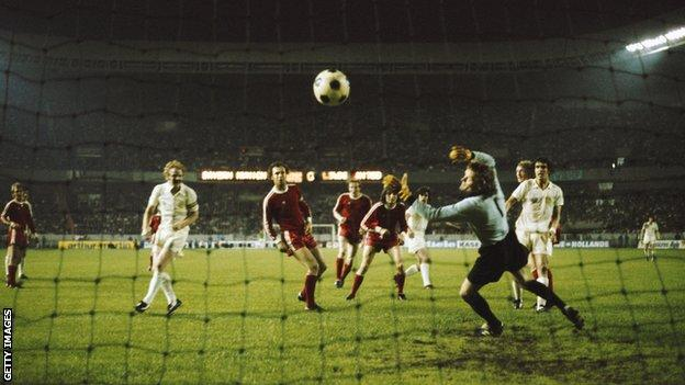 Peter Lorimer's goal is disallowed against Bayern Munich