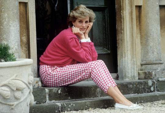 Diana, Princess of Wales (1961 - 1997) sitting on a step at her home, Highgrove House, in Doughton, Gloucestershire, 18th July 1986. (Photo by Tim Graham Photo Library via Getty Images)