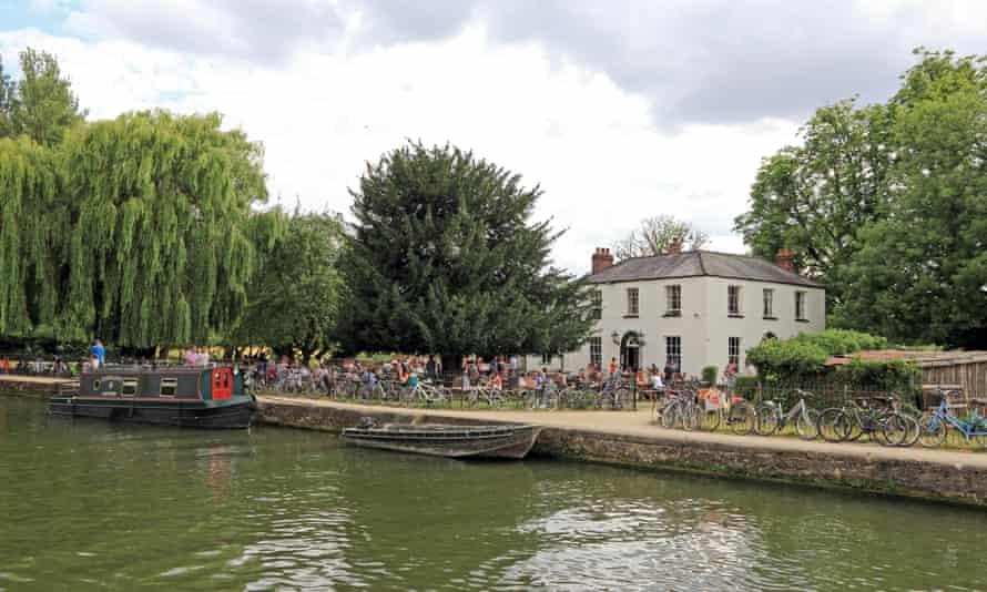 Isis Farmhouse Tavern alongside River Thames (or Isis), Oxford, UK