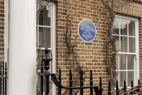 the blue plaque in Leonard House, Virginia and Leonard Woolf lived from 1915 until 1924