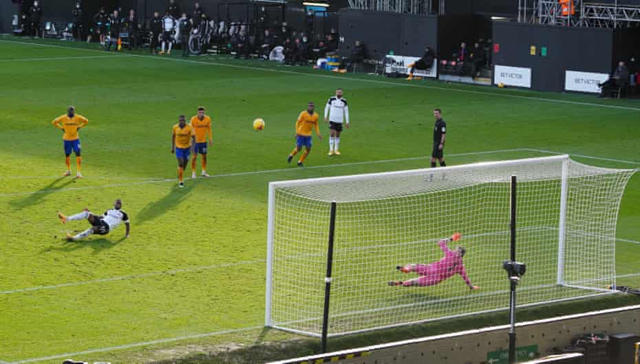 Ivan Cavaleiro of Fulham kicks his own foot as he skies a penalty against Everton at Craven Cottage.
