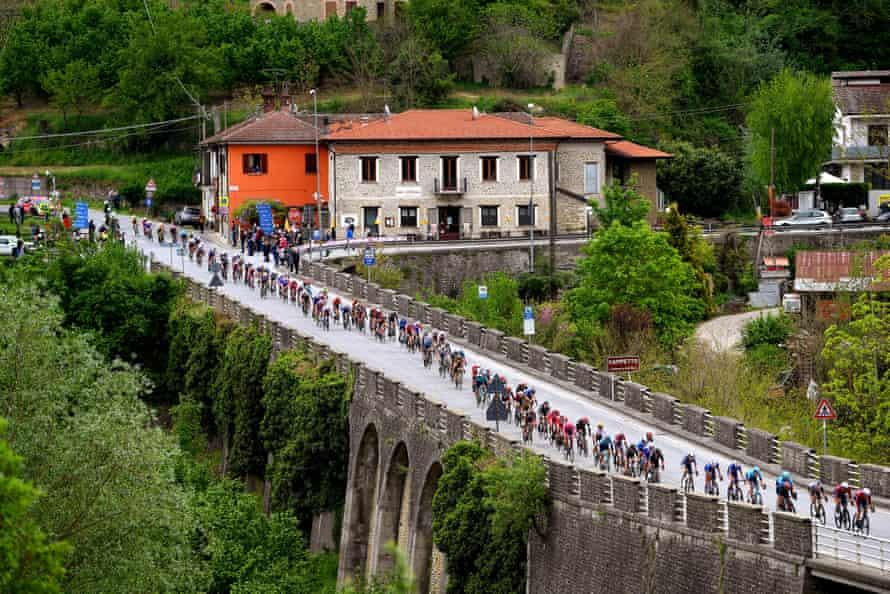 The peloton passing through Campetto Village.