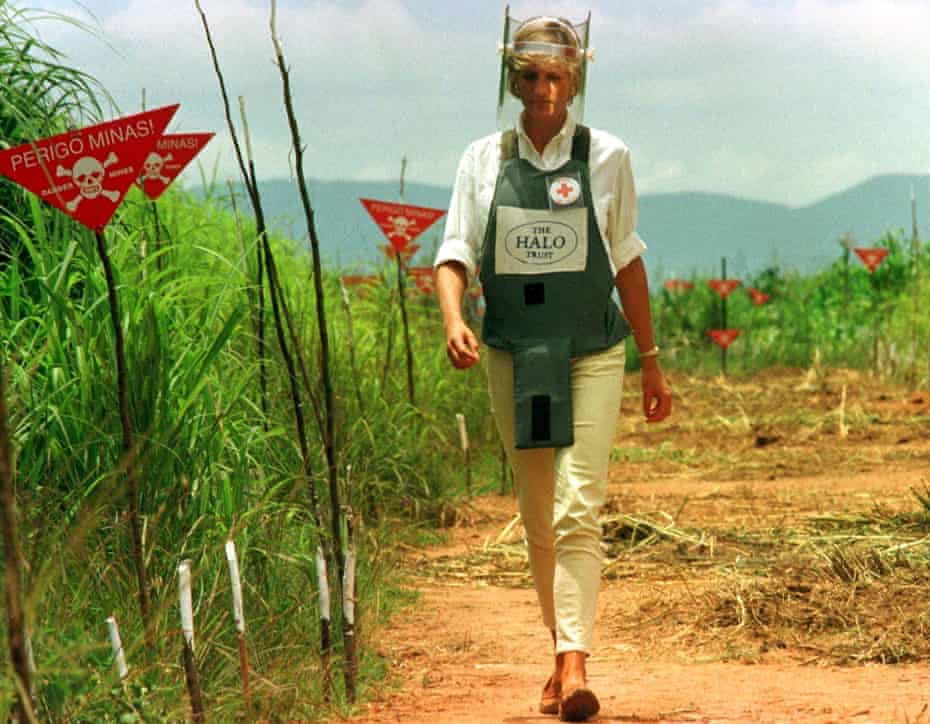 Diana walks down a safety corridor of a minefield in Huambo, Angola, in January 1997
