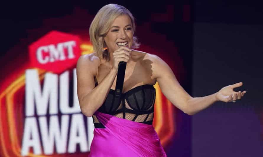 Comic Iliza Shlesinger presenting the CMT awards for country music.