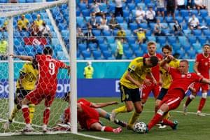 Poland's Kamil Glik, Grzegorz Krychowiak Robert Lewandowski fight for the ball with Sweden's defender Victor Lindelof