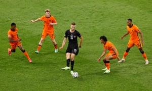 Sasa Kalajdzic passes the ball whilst under pressure from Dumfries, de Jong, Ake and Gravenberch.