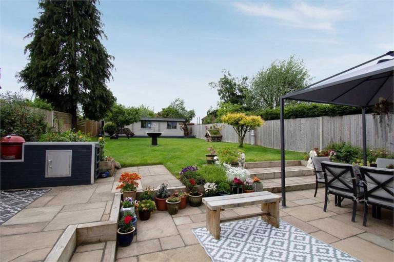 ?810,000 - Gordon Road, Thatcham, Berkshire (Picture: Express Estate Agency)