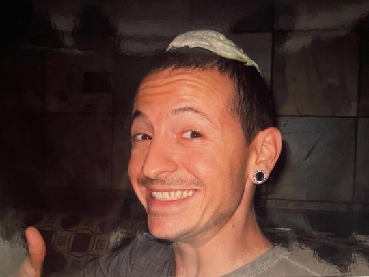 Chester Bennington with lettuce leaf on his head