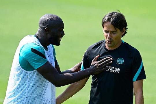 Romelu Lukaku chats with Simone Inzaghi in Inter Milan pre-season training