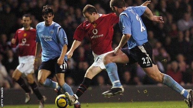 Wayne Rooney shoots for Man Utd