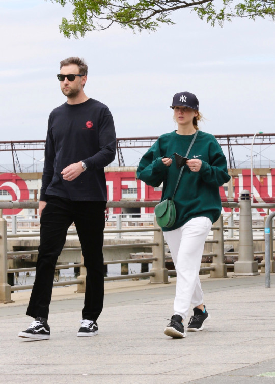 BGUK_2133302 - New York City, NY - Jennifer Lawrence in sweats goes on a power walk with husband Cooke Maroney along Manhattan?s Hudson River Park. The Happy couple spent over an hour walking along the riverfront. Pictured: Jennifer Lawrence, Cooke Maroney BACKGRID UK 24 MAY 2021 BYLINE MUST READ: BrosNYC / BACKGRID UK: +44 208 344 2007 / uksales@backgrid.com USA: +1 310 798 9111 / usasales@backgrid.com *UK Clients - Pictures Containing Children Please Pixelate Face Prior To Publication*