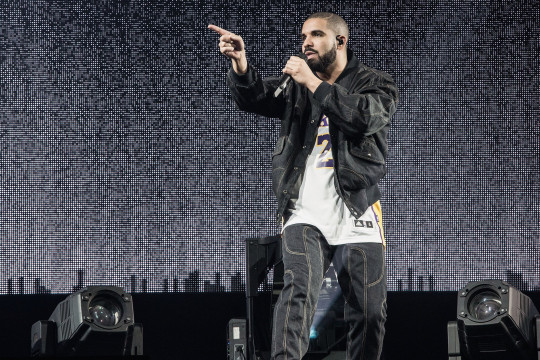 INGLEWOOD, CA - SEPTEMBER 27: Drake performs at The Forum on September 27, 2016 in Inglewood, California. (Photo by Harmony Gerber/Getty Images)
