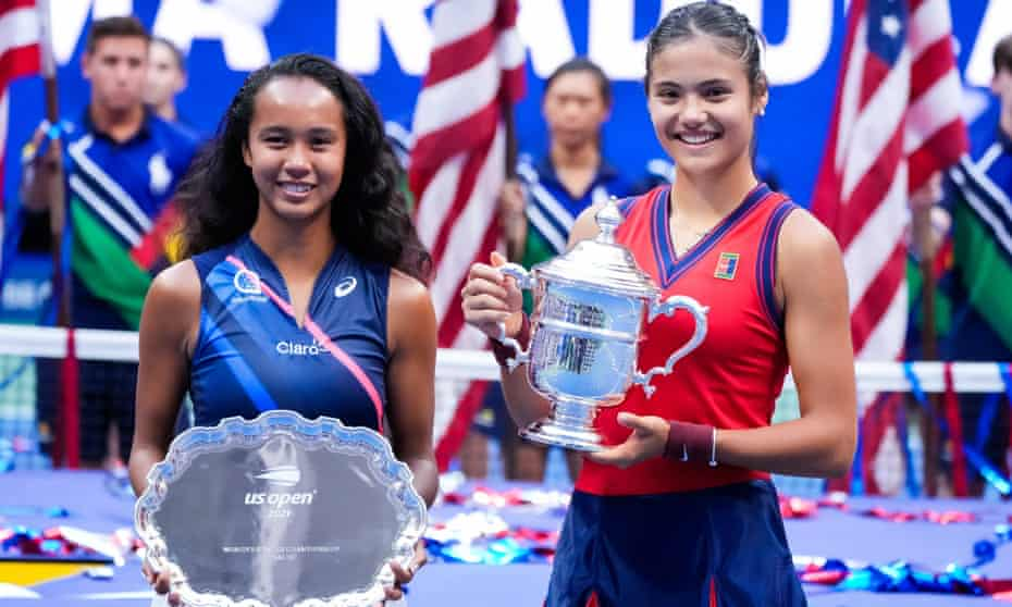 Emma Raducanu and Leylah Fernandez with their trophies at the end of the match