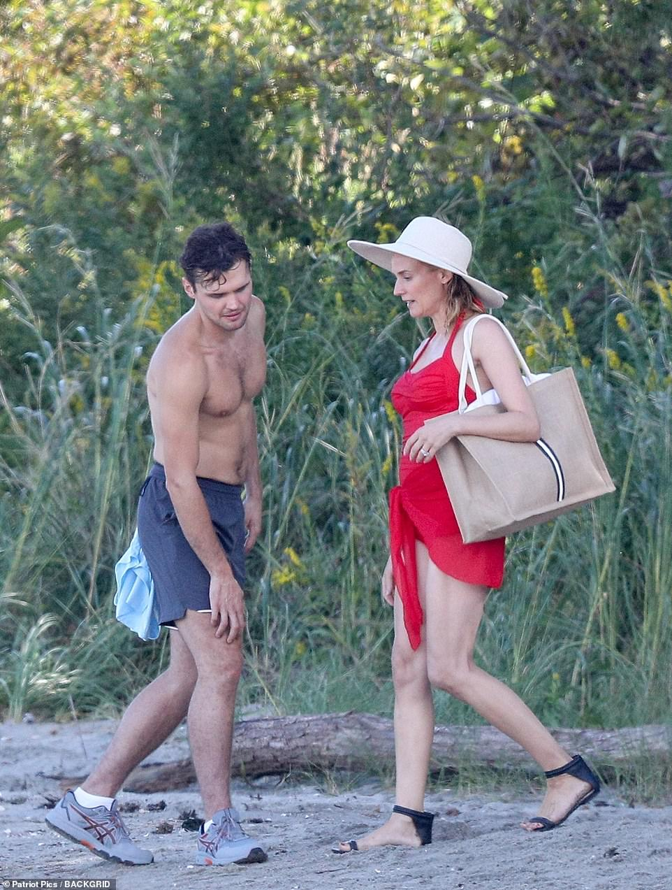 Packing up: The actress continued her chat with Ray as she prepared to leave the beach