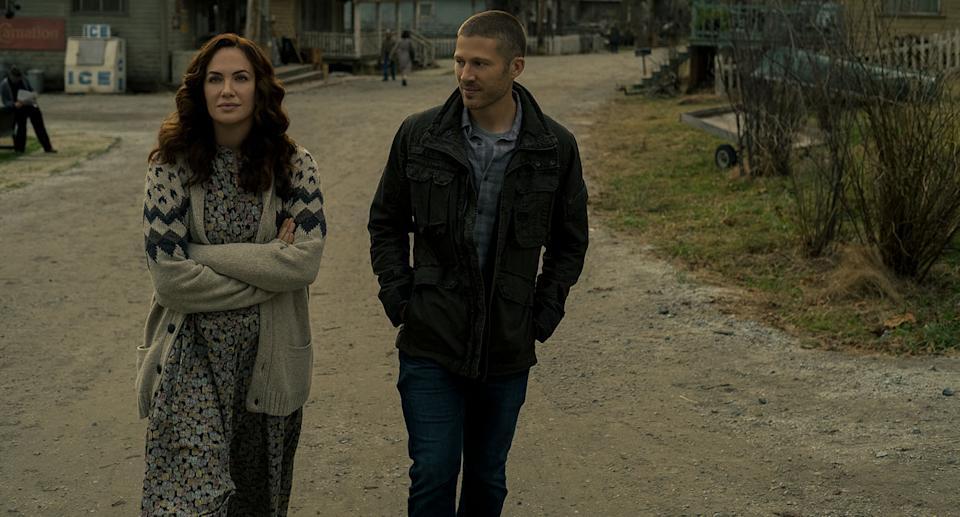 MIDNIGHT MASS (L to R) KATE SIEGEL as ERIN GREENE and ZACH GILFORD as RILEY FLYNN in episode 101 of MIDNIGHT MASS Cr. EIKE SCHROTER/NETFLIX © 2021