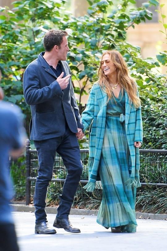 Jennifer Lopez and Ben Affleck holding hands in central park