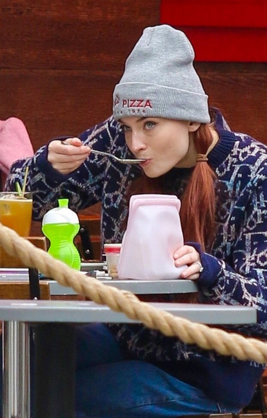 New York, NY - *EXCLUSIVE* - Sophie Turner and daughter Willa pictured at a Soho eatery this afternoon in Manhattan. Pictured: Sophie Turner BACKGRID USA 6 OCTOBER 2021 BYLINE MUST READ: BrosNYC / BACKGRID USA: +1 310 798 9111 / usasales@backgrid.com UK: +44 208 344 2007 / uksales@backgrid.com *UK Clients - Pictures Containing Children Please Pixelate Face Prior To Publication*