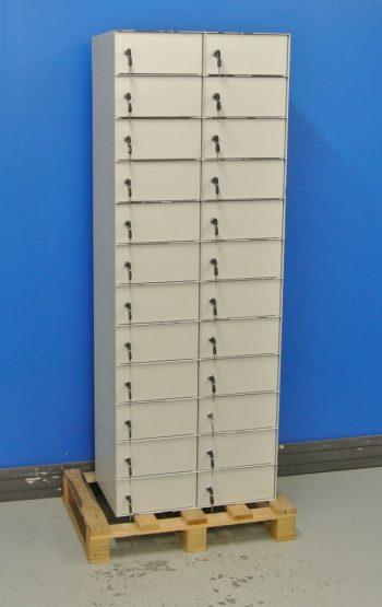 Begagnad Fackmodul 24-fack med stängda dörrar