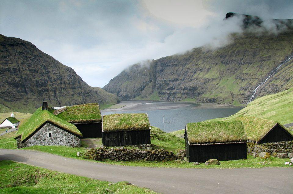 Bustur på Færøerne. Besøg Saksun med den fredede Kongsbondegård Dúvugardar.