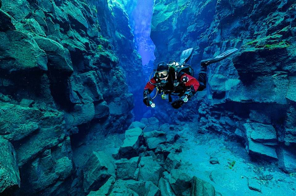 Dykning i Silfra mellem to kontinentplader i Thingvellir Nationalpark. North Travel.