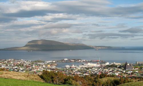 Thorshavn med udsigt til Nolsoy.