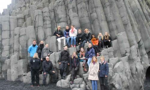 Skolegruppe Den sorte kyst (Reynisfjara) i Island.