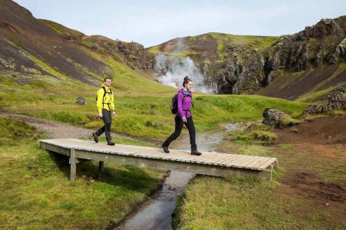 island-udflugter-reykjadalur-vandring