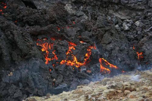 Glødende lava i Geldingadalir