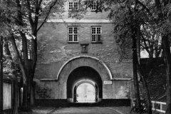 Porten var indtil 1869 den eneste offentlige indfaldsvej, og når den var lukket for aftenen, var det ikke muligt at komme ind i byen før næste morgen.