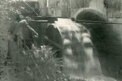 Lille Mølle, Refsvindinge fra ca 1950. Mølleren smører overfaldshjulene.