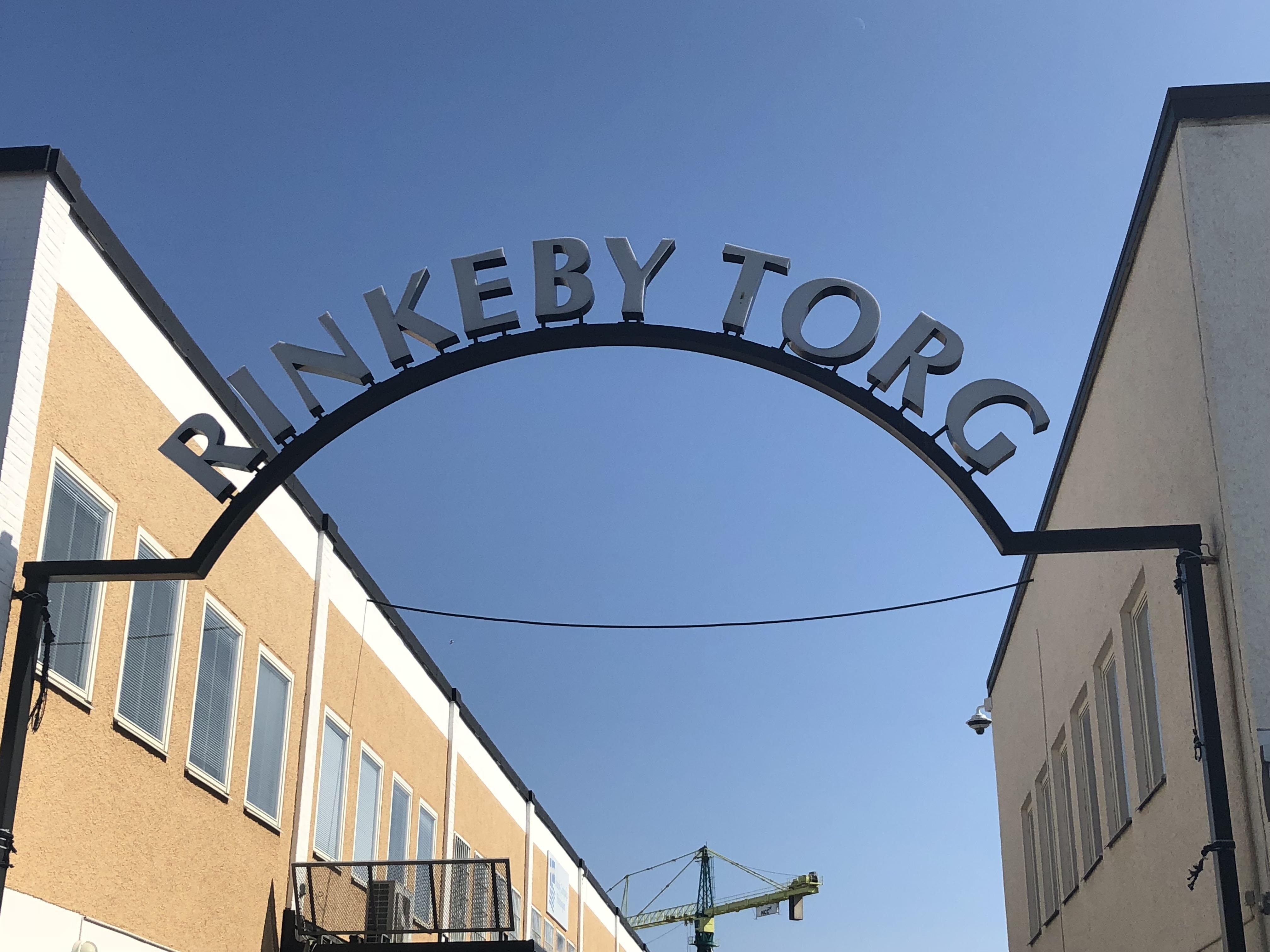 Skylt där det står Rinkeby torg