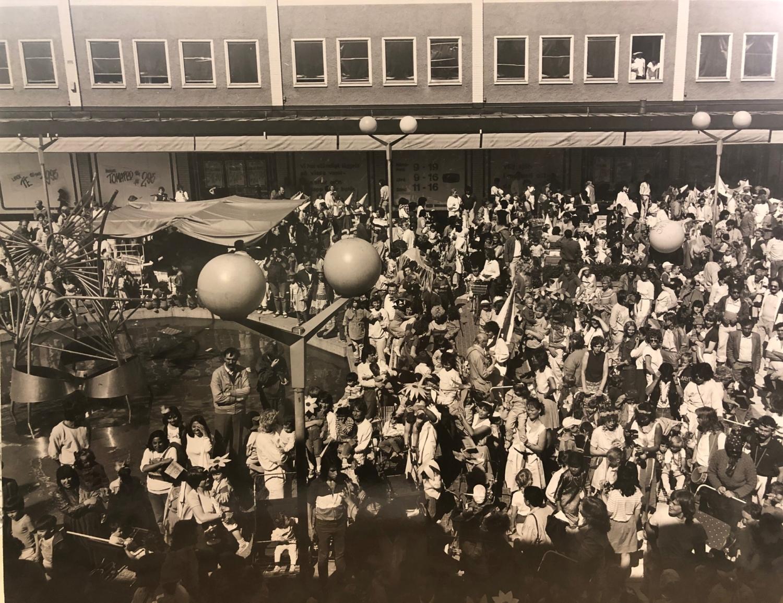 Bild från Rinkebyfestivalen, tusentals människor på Rinkeby torg.