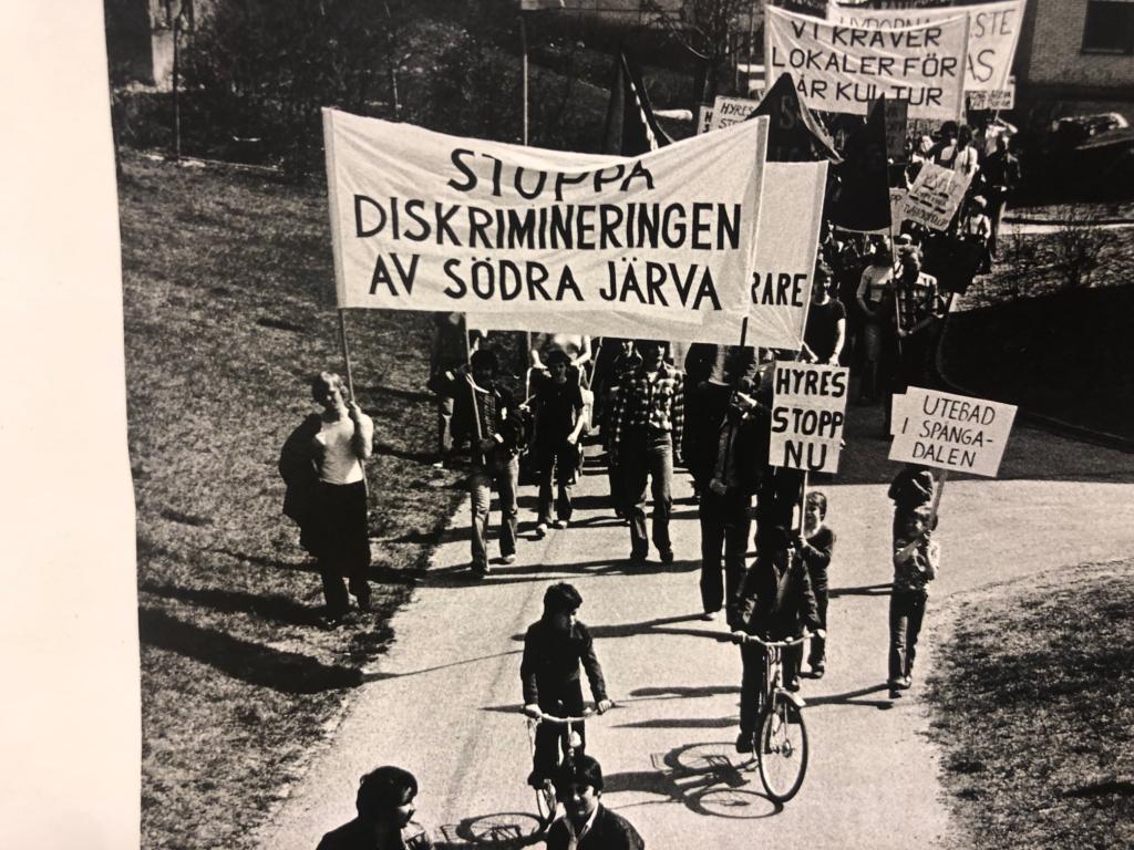 Demonstrationståg i Rinkeby. På banderollen står Stoppa diskrimineringen av södra Järva.