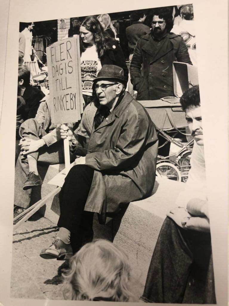 Äldreman med plakat som det står Fler dagis till Rinkeby på.