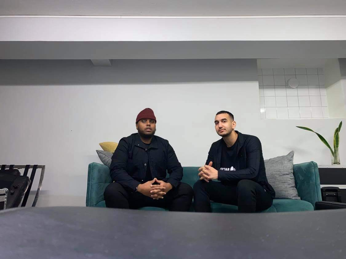 De två grabbarna som har podde Avbytarbänken sitter tillsammans i en soffa.