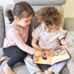 Två barn läser en barnbok om ramadan.
