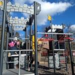 Barn leker i den nya klätterställningen i parkleken Rinken