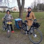 Ninel och Mickey med sina elcyklar och barnen i en cykelkärra