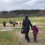 En mamma kommer gående med sin dotter till träningen
