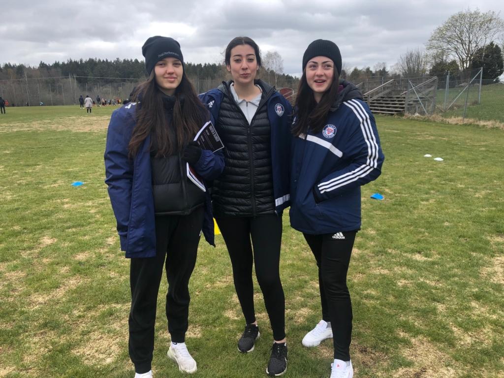 Tre unga fotbollsledare.