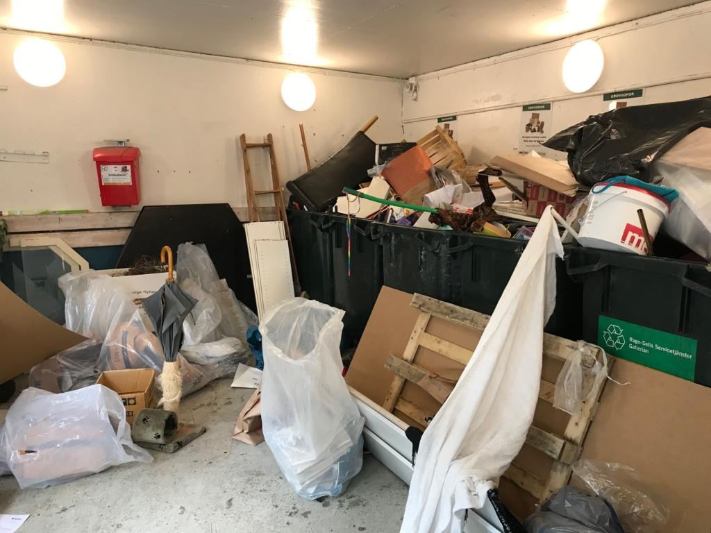 Sopor överallt i en miljöstuga