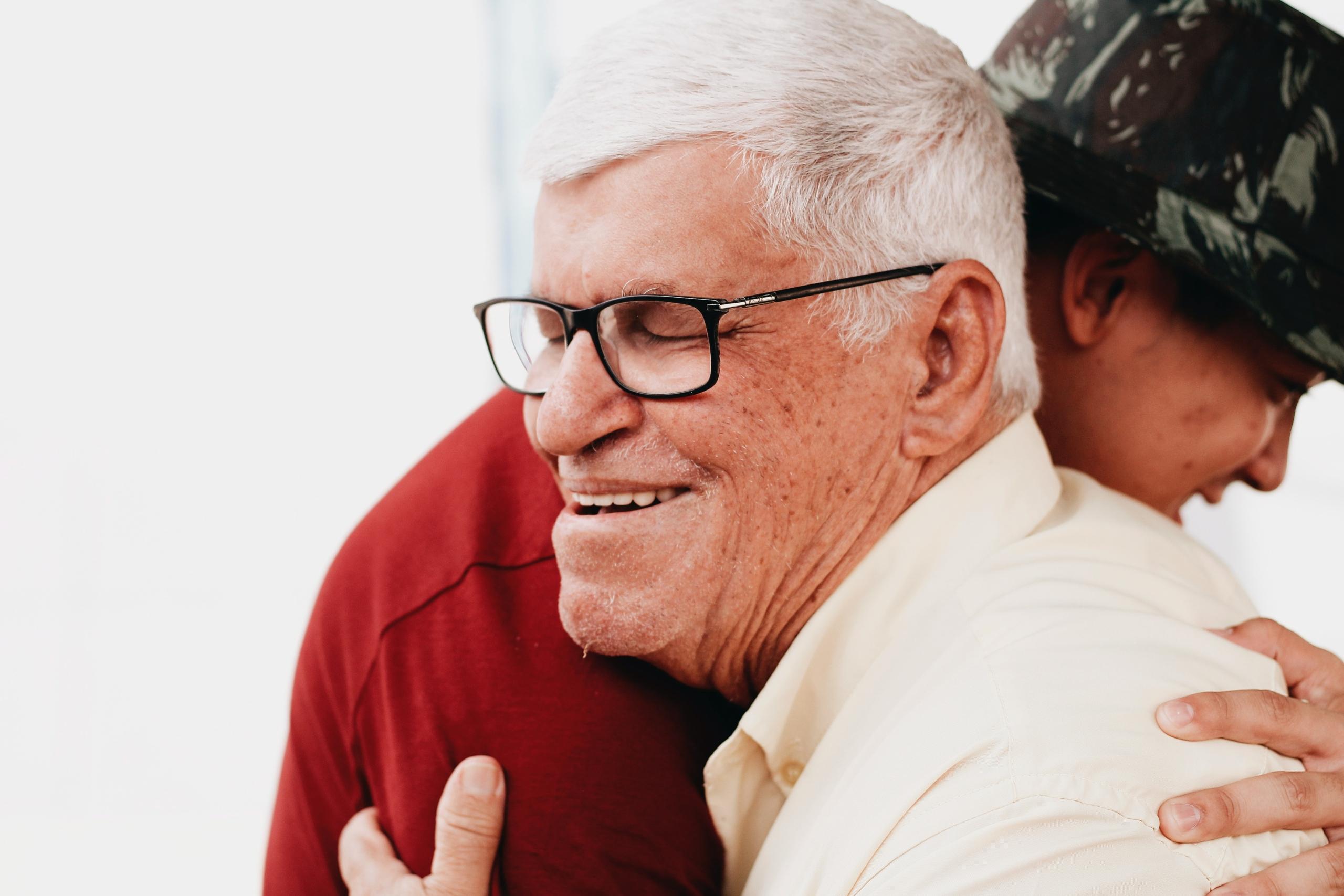 Barnbarn kramar far/morförälder