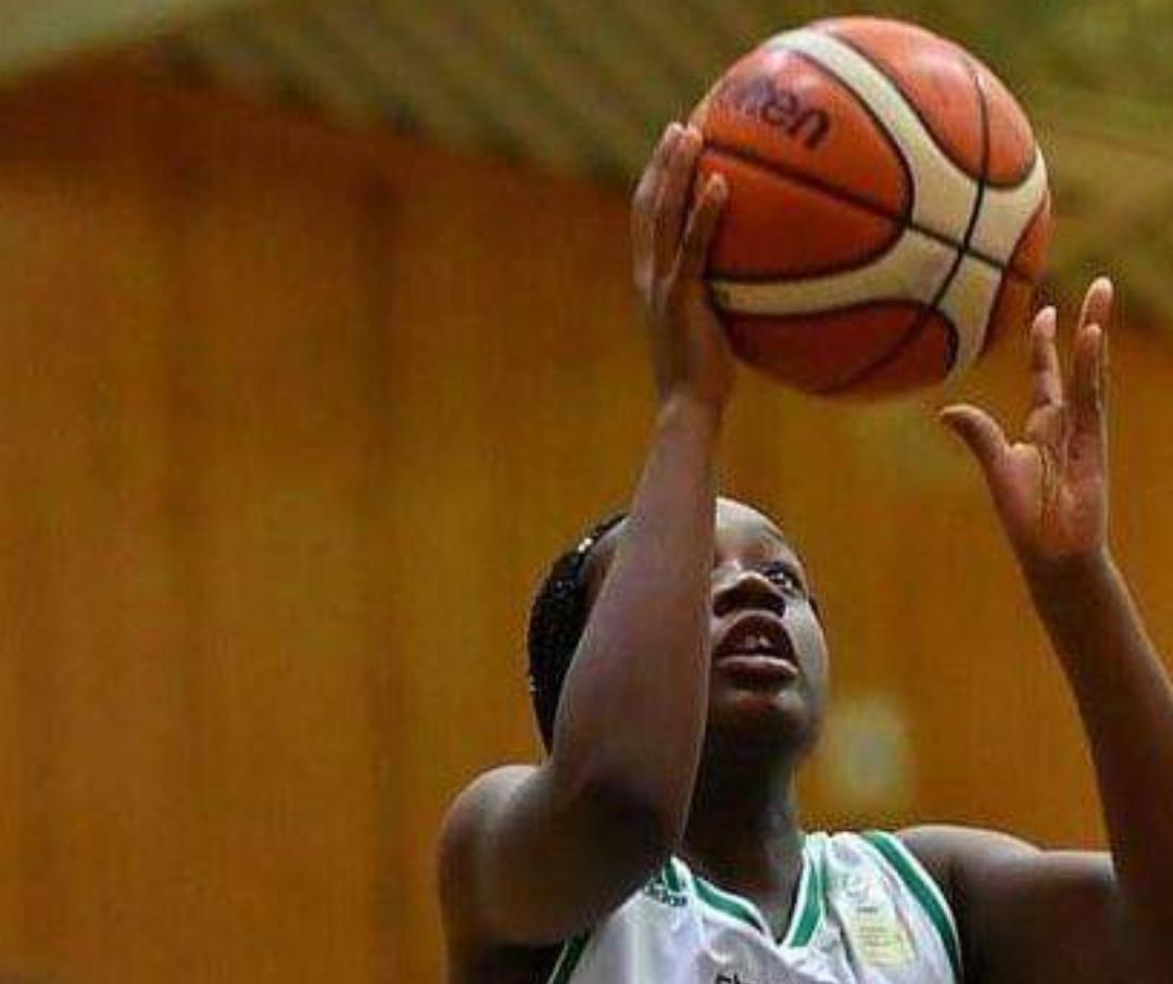 tjej som spelar basket