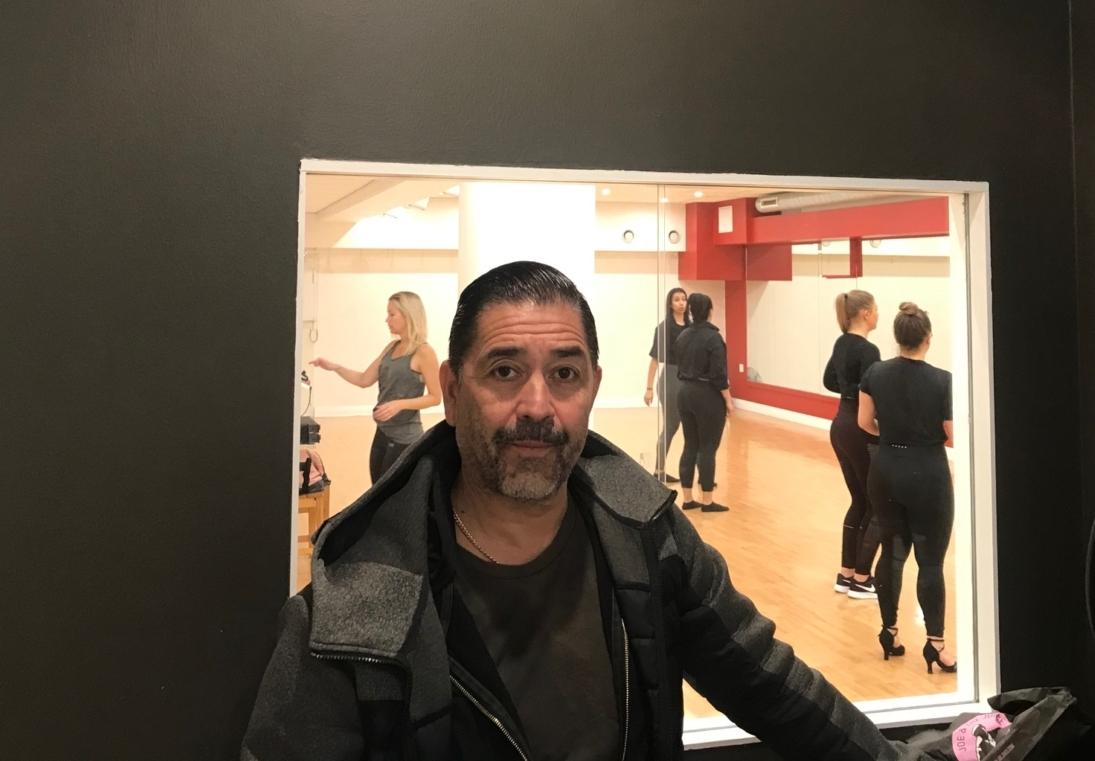 Man som står i en dansstudio.