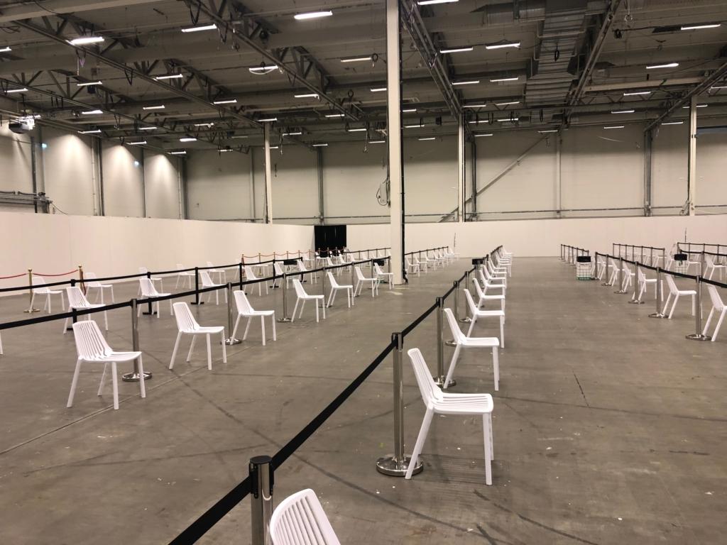 Tomma stolar i långa rader inne på Kistamässan.