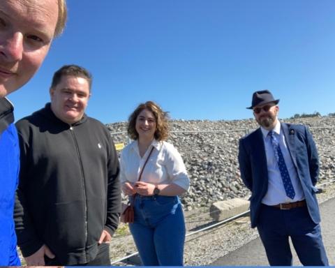 fyra lokala politiker på bron mellan Rikeby och Ursvik.