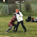 två kvinnor tränar kampsport