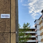 Hembla-skylten på husfasaden på Tönsbergsgatan i Husby