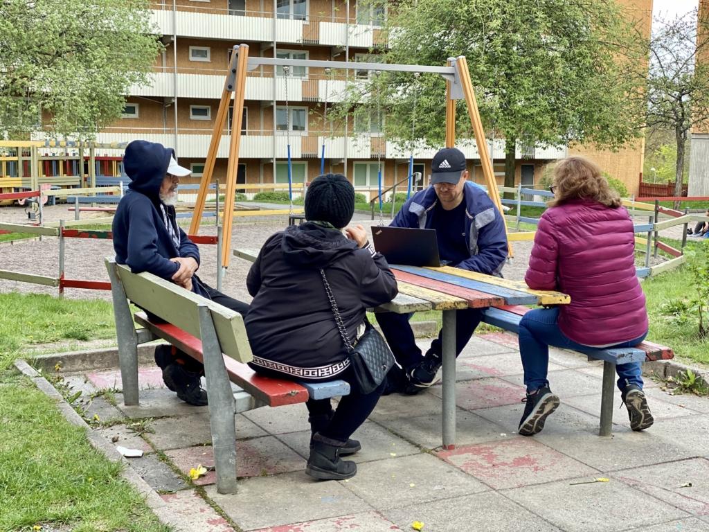 Ort till Ort Husby håller möte i en innergård.